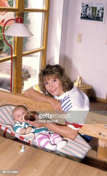 Susanne Uhlen Sohn Christopher Homestory Flasche Fläschchen Baby Kind Schauspielerin Promi PSO TP Foto Peter Bischoff/ Sc
