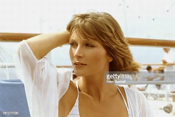 Susanne Uhlen ZDFReihe 'Traumschiff' Folge 8 'Kenia' MS 'Astor' Urlaub Schiff Kreuzfahrtschiff Kreuzfahrt auf Deck Schauspielerin Promis Prominente...