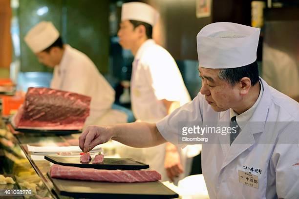 A sushi chef prepares a plate of tuna sushi at a Sushi Zanmai sushi restaurant operated by Kiyomura KK in Tokyo Japan on Monday Jan 5 2015 Kiyomura...