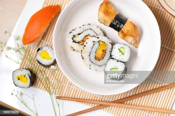 Sushi auf weiß Gericht