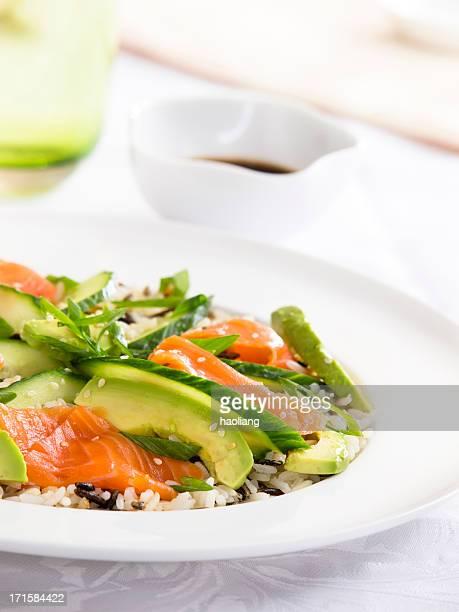 Ensalada con arroz sushi y aguacate