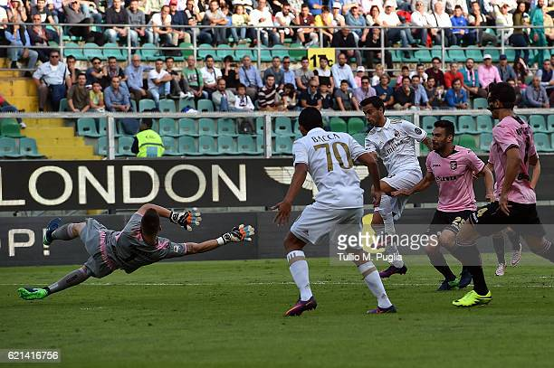 Suso of Milan scores the opening goal during the Serie A match between US Citta di Palermo and AC Milan at Stadio Renzo Barbera on November 6 2016 in...