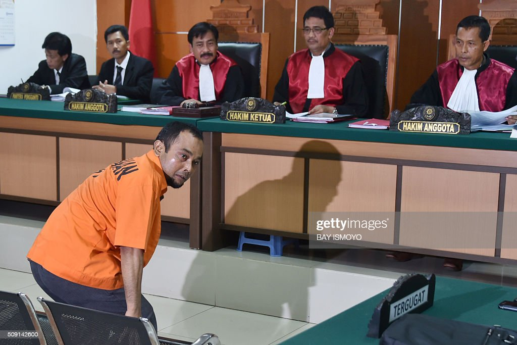 Suspected Islamic radical identified as Aprimul looks back to journalists during his court appearance in Jakarta on February 9, 2016. An Indonesian court February 9 sentenced seven men to between three and five years in jail for supporting the Islamic State group, weeks after the extremist network launched a deadly assault on Jakarta. AFP PHOTO / Bay ISMOYO / AFP / BAY ISMOYO