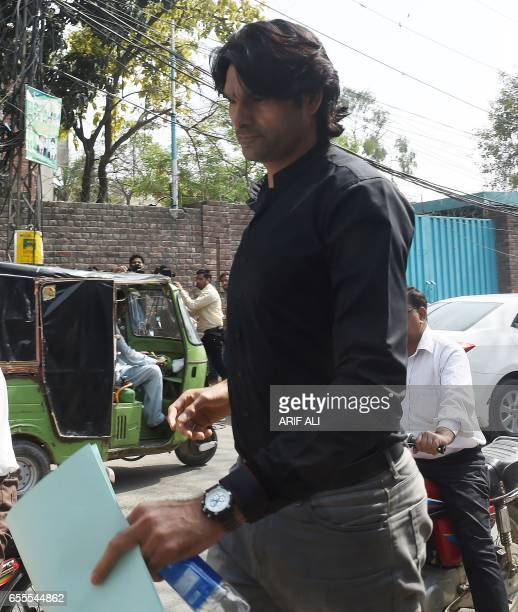Suspended Pakistani cricketer Mohammad Irfan arrives at Pakistan's Federal Investigation Agency to record his statement in Lahore on March 20 2017...