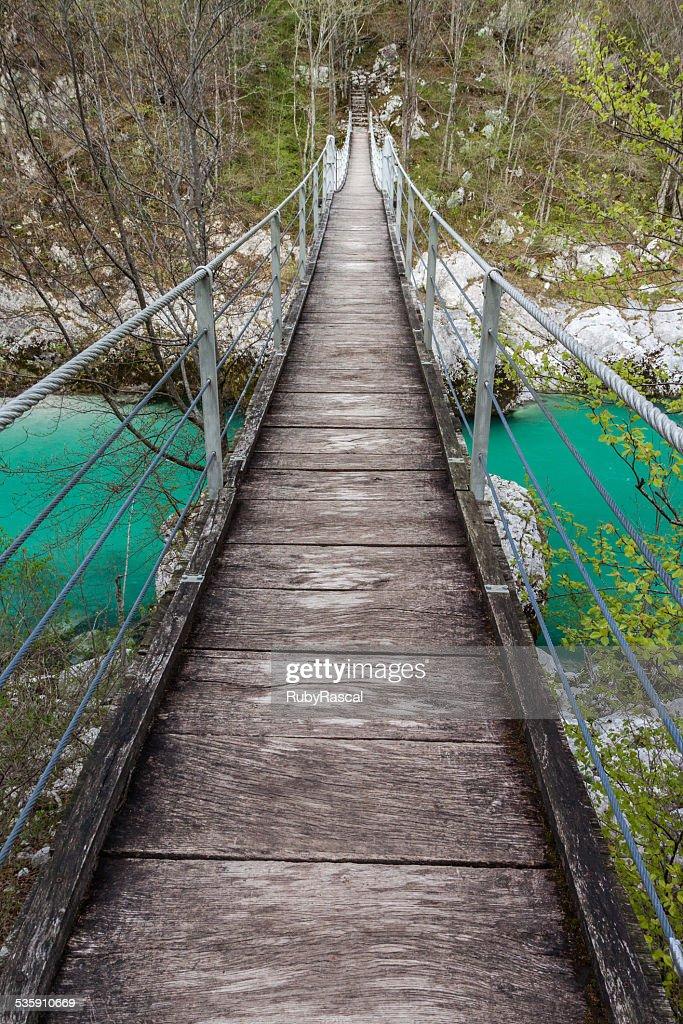Suspensão Ponte sobre o Rio Soča verde claro, Eslovénia : Foto de stock