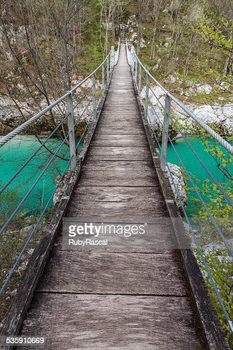 Puente colgante sobre la green Soča río, Eslovenia : Foto de stock