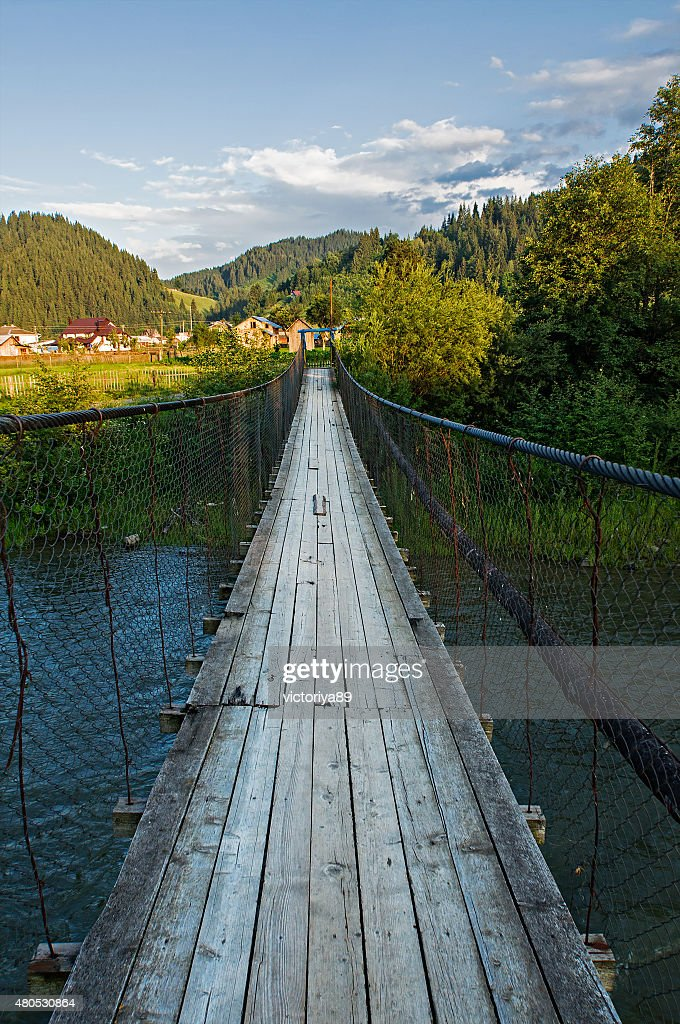 Suspension bridge über den Fluss in den Bergen : Stock-Foto
