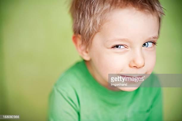 Verdächtige lustiger green Jungen