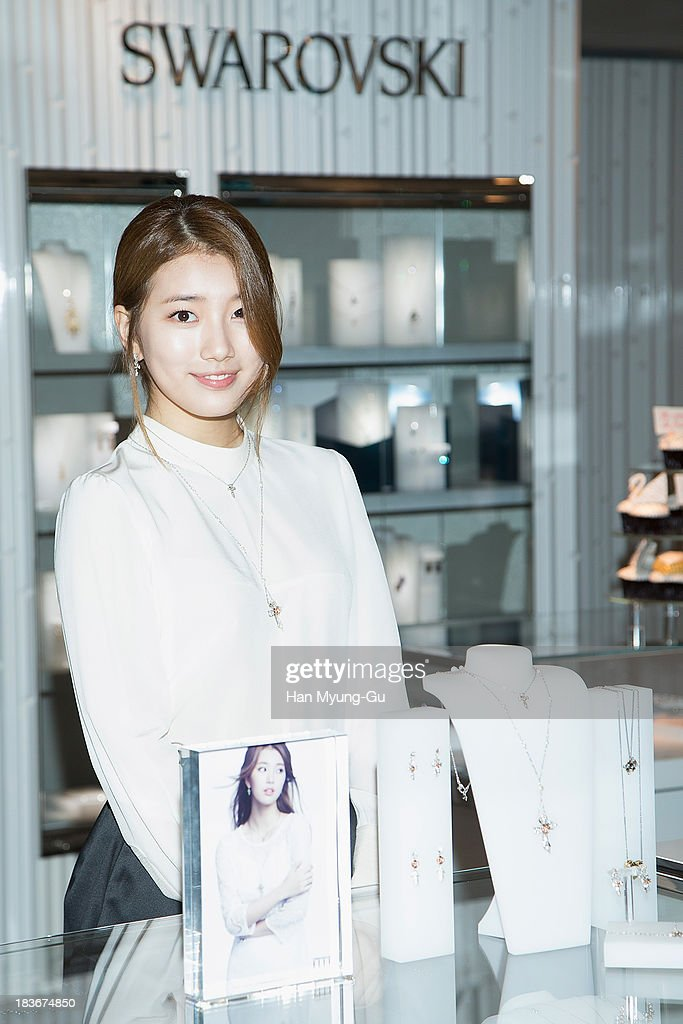 <a gi-track='captionPersonalityLinkClicked' href=/galleries/search?phrase=Suzy+-+Cantante+coreana&family=editorial&specificpeople=10100133 ng-click='$event.stopPropagation()'>Suzy</a> of South Korean girl group <a gi-track='captionPersonalityLinkClicked' href=/galleries/search?phrase=Miss+A&family=editorial&specificpeople=7433260 ng-click='$event.stopPropagation()'>Miss A</a> attends Swarovski 'Romeo and Juliet' Collection launch event at Swarovski Shinsa Store on October 8, 2013 in Seoul, South Korea.
