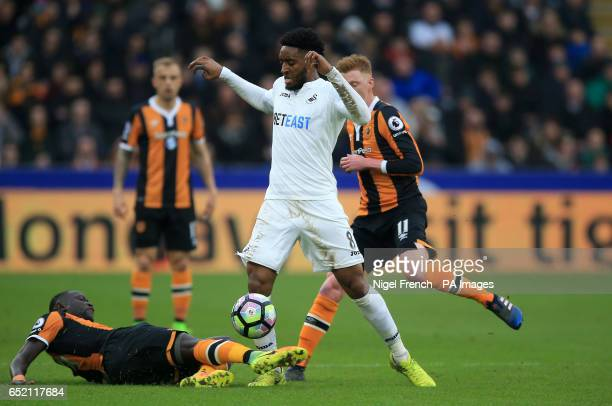 Swansea City's Leroy Fer and Hull City's Oumar Niasse battle for the ball during the Premier League match at the KCOM Stadium Hull