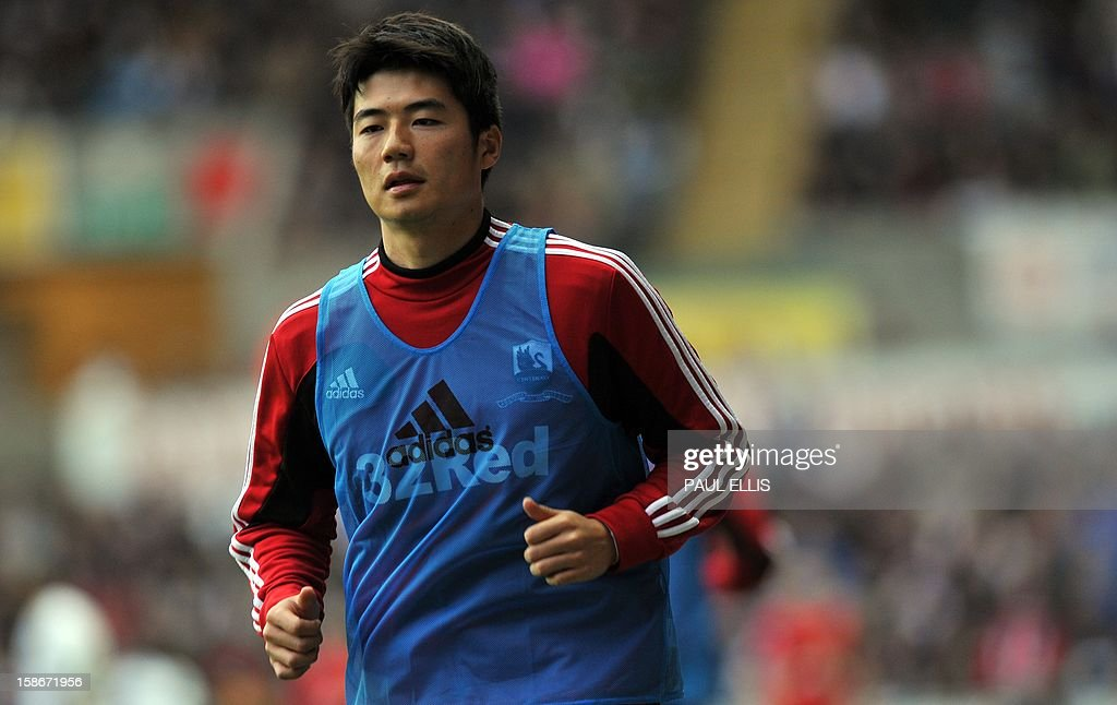 Swansea's South Korean player Ki Sung-Yeung warms up during the English Premier League football match between Swansea City and Manchester United at The Liberty Stadium in Swansea, south Wales on December 23, 2012. The match ended in a 1-1 draw. AFP PHOTO/Paul ELLIS - RESTRICTED