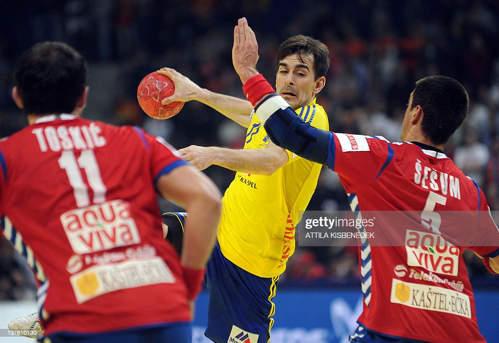 Sweden's Dalibor Doder(C) vies with Serbia's Alem Toskic (L) and Zarko Sesum (R) during the men's EHF Euro 2012 Handball Championship match between Serbia and Sweden at the Belgrade Arena on January 23, 2012. AFP PHOTO / ATTILA KISBENEDEK
