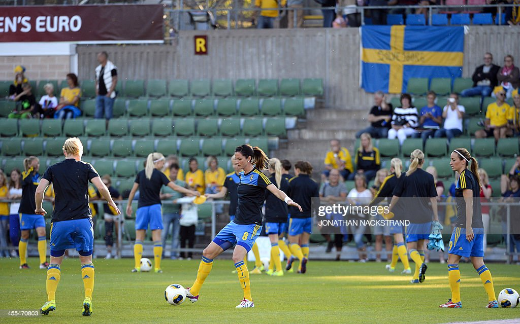 Sweden's forward Lotta Schelin and her teammates warm up prior to the UEFA Women's European Championship Euro 2013 group A football match Sweden vs Italy on July 16, 2013 in Halmstad, Sweden.AFP PHOTO/JONATHAN NACKSTRAND
