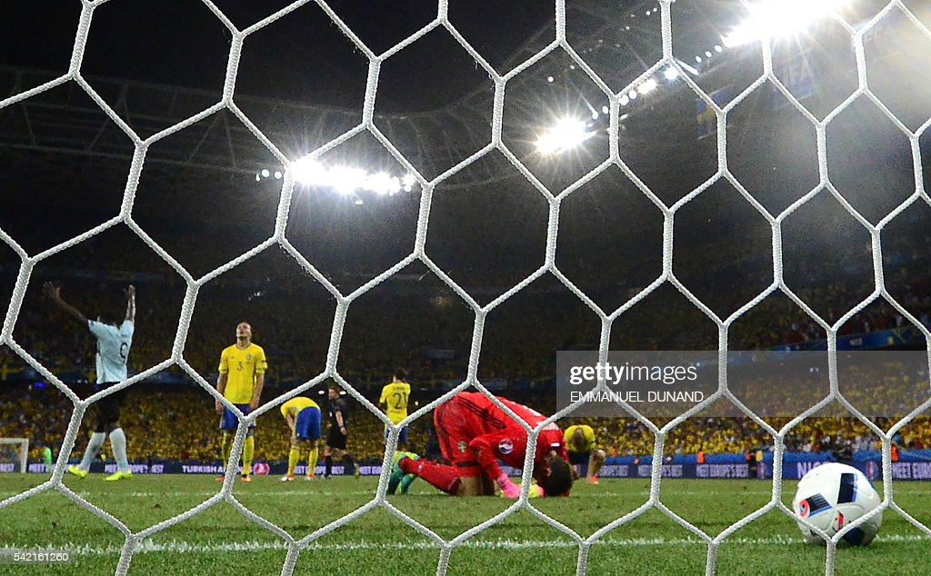 Sweden's goalkeeper Andreas Isaksson (C) bends on the pitch after Belgium's goal during the Euro 2016 group E football match between Sweden and Belgium at the Allianz Riviera stadium in Nice on June 22, 2016. / AFP / EMMANUEL