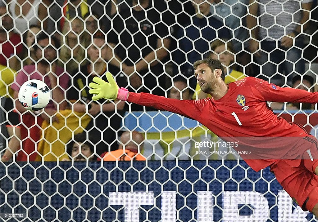 TOPSHOT - Sweden's goalkeeper Andreas Isaksson dives to unsuccesfully avoid a goal during the Euro 2016 group E football match between Sweden and Belgium at the Allianz Riviera stadium in Nice on June 22, 2016. / AFP / JONATHAN