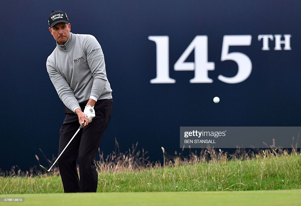 Sweden's Henrik Stenson chips onto the 18th green during his third round 68 on day three of the 2016 British Open Golf Championship at Royal Troon in Scotland on July 16, 2016. Sweden's Henrik Stenson leads the British Open by a single shot from Phil Mickelson after the third round following his superb 68 on Saturday. Stenson, bidding to win his first major at the age of 40, had five birdies and two bogeys in his three-under-par round to move to 12-under for the championship. / AFP / Ben STANSALL / RESTRICTED