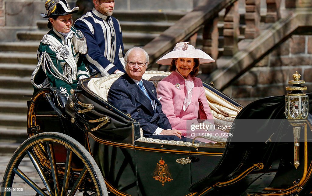 Sweden's Queen Silvia and King Carl XVI Gustaf arrive in an open carriage for lunch hosted by the City of Stockholm at the City Hall for king Carl XVI Gustaf on his birthday, April 30, 2016. / AFP / TT NYHETSBYR��N AND TT News Agency / Christine Olsson / Sweden OUT