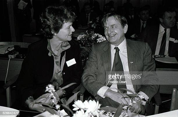 DANMARK /DENMARK Swedids late primemminister Olof Palme social democrate 4 weeks before his session death in stockhom with Norwegian former prime...