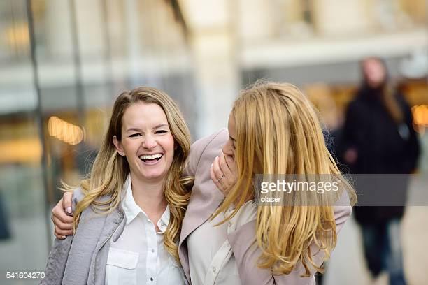Rubia sueca negocios Mujer divirtiéndose en plaza Sergels