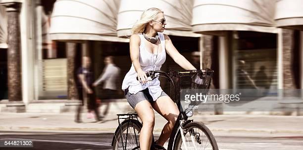 Suédois blonde femme et vélo en ville