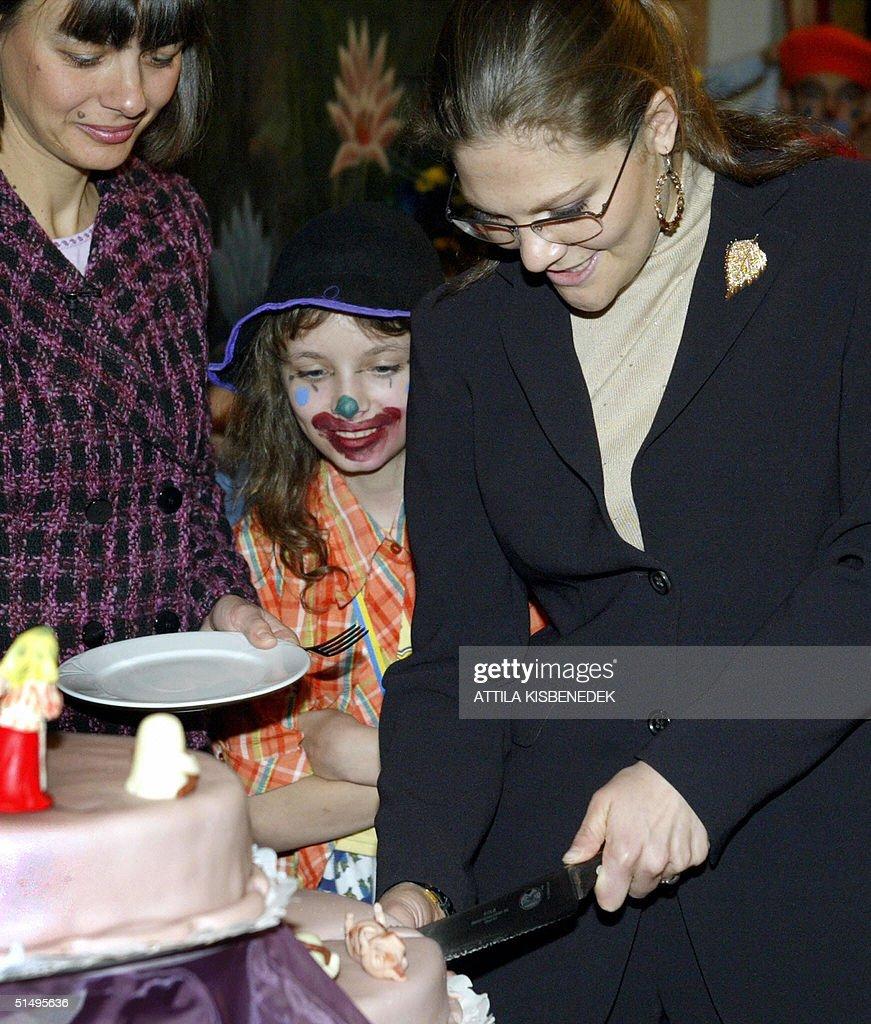 swedish-crown-princess-victoria-cuts-a-cake-in-the-colibri-childrens-picture-id51495636