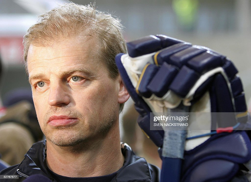 Swedish ice hockey national team head coach BengAke Gustafsson pictured during the training in Innsbruck Austria 06 May 2005 Sweden will meet Canada...