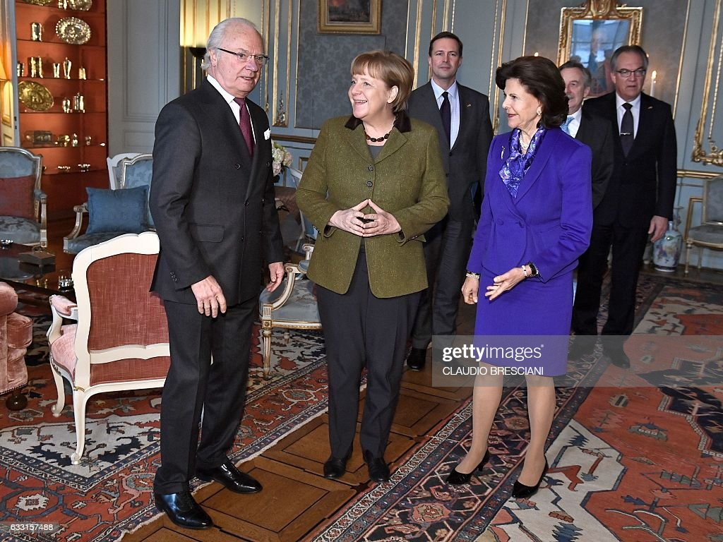 Swedish King Carl Gustaf (L) and Queen Silvia (R) receive German Chancellor Angela Merkel at the Royal Palace in Stockholm, on January 31, 2017. Merkel is on a one-day official visit to Sweden. / AFP / TT News Agency / Claudio BRESCIANI / Sweden OUT