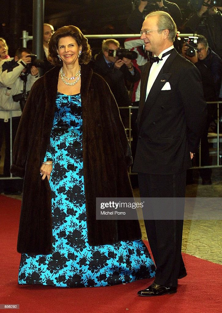Swedish King Gustav and Queen Sylvia arrive at the Royal Palace January 31 2002 in Amsterdam Netherlands for a dinner party hosted by Dutch Crown...