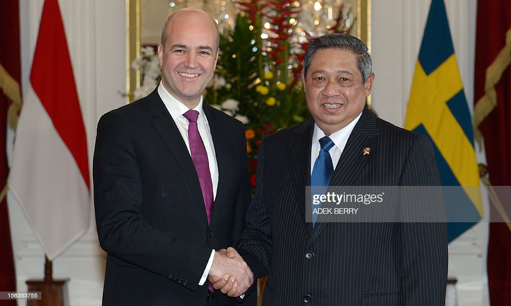 Swedish Prime Minister Fredrik Reinfeldt (L) shakes hands with Indonesian President Susilo Bambang Yudhoyono (R) prior to a at the presidential palace in Jakarta on November 14, 2012. Reinfeldt held a meeting with Yudhoyono in his two-day visit to strengthen relationship on politics and economy between the two countries.