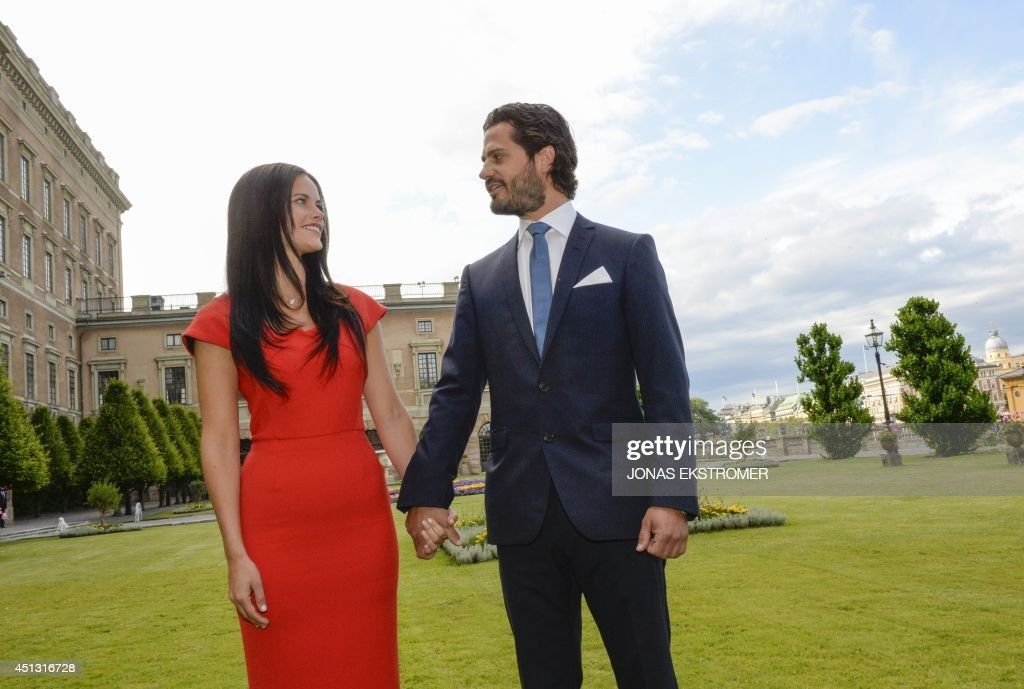 Swedish Prince Carl Philip (R) poses with former model Sofia Hellqvist in the garden of the Stockholm Palace, on June 27, 2014 during a press statement to announce their engagement. The couple will get married in the summer of 2015, but the specific date is still to be decided, according to a statement published on the Royal Court's website. AFP PHOTO / TT NEWS AGENCY / JONAS EKSTROMER +++ SWEDEN OUT - RESTRICTED TO EDITORIAL USE