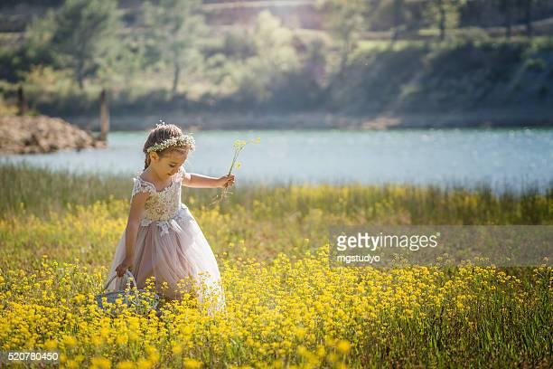 Süßes baby-Mädchen mit Korb mit Blumen im Freien