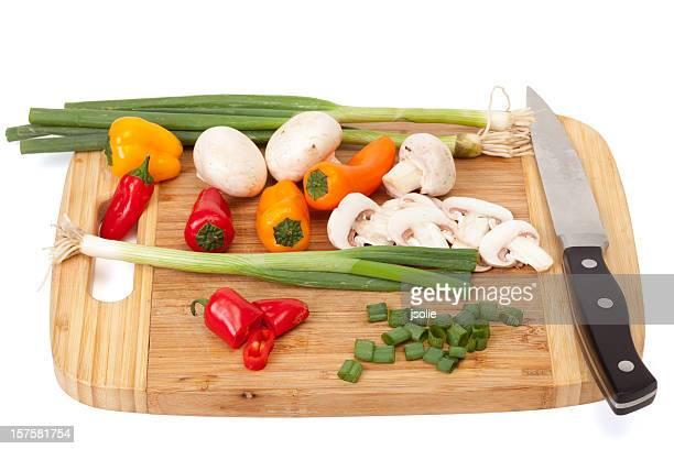 Sweet peppers Pilzen und grüne Zwiebeln auf ein Schneidebrett