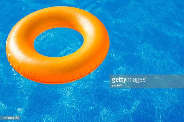 Anneau de natation dans la piscine blue