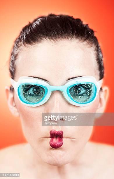 Swimer facendo una faccia divertente e indossare occhiali di nuoto.