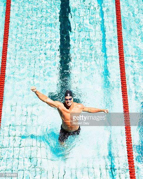 Natation dans la piscine avec les bras jusqu'à 7 «happy hour»