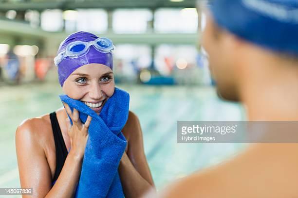 Schwimmer-Handtuchstoff auf Ihr Gesicht mit pool