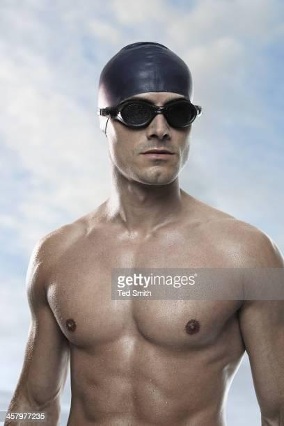 Schwimmer tragen Mütze und Brille