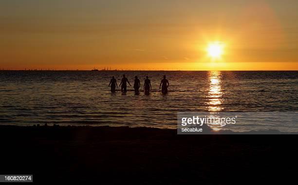 Schwimmer bei Sonnenuntergang