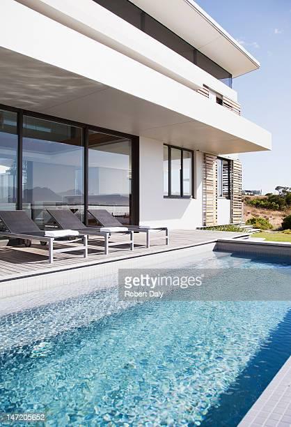 Piscine d'une maison moderne