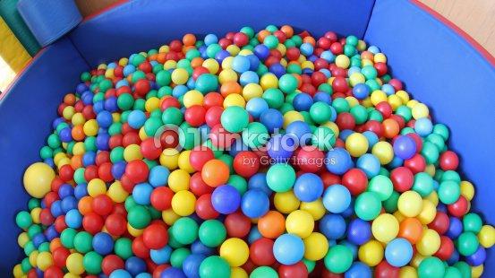 Piscina con una gran cantidad de plástico coloridas bolas   Foto de stock 1ac1659926d1