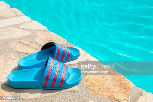 Schwimmbad mit Hausschuhen : Stock-Foto