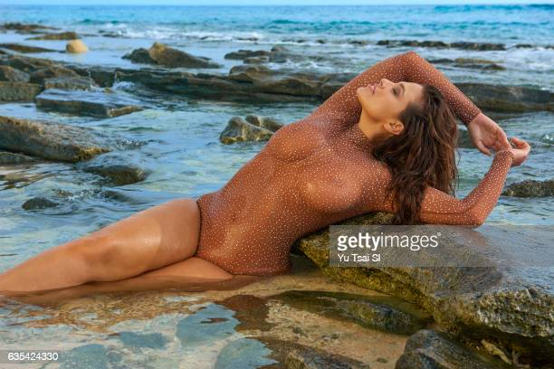 Model Ashley Graham poses for the 2017 Sports Illustrated swimsuit issue on November 8 2016 in Fiji PUBLISHED IMAGE ON EMBARGO IN NORTH AMERICA UNTIL...