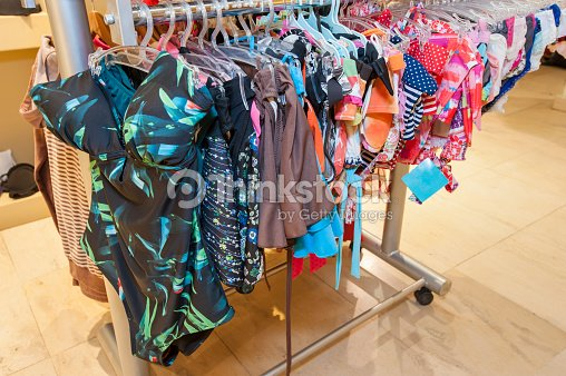 Costume Da Bagno In Esposizione In Negozio Di Abbigliamento Foto ...
