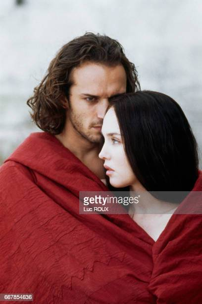 Swiss actor Vincent Perez and French actrice Isabelle Adjani on the set of the 1994 film La Reine Margot directed by Patrice Chereau