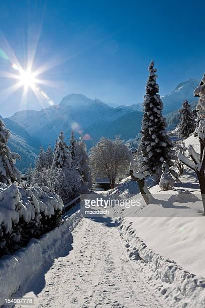 Schweizer Alpen Berge, schneebedeckte Weg zum Chalet