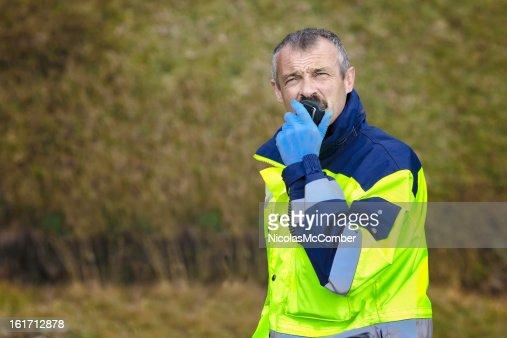 Schweizer Alpen Rettungssanitäter Mann mit CB radio