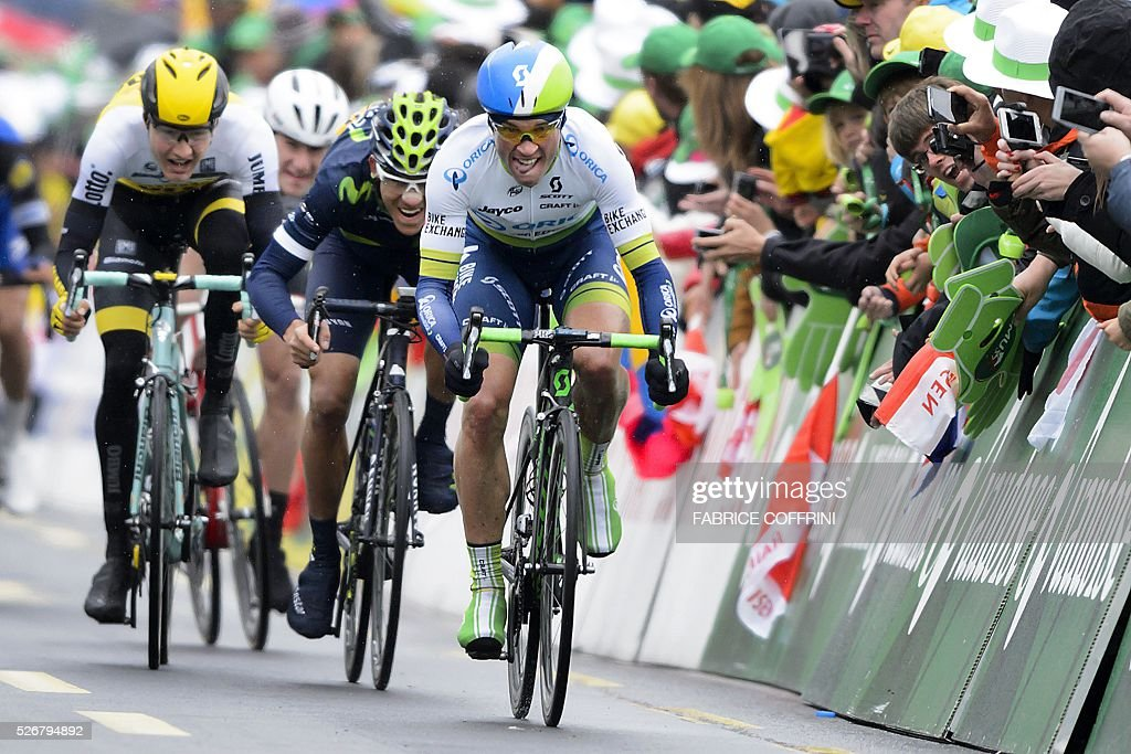 Swiss cyclist Michael Albasini (R) races to win the last stage of the 70th Tour de Romandie UCI World Tour, a 177,4 km race from Ollon to Geneva, on May 1, 2016 in Geneva. / AFP / FABRICE