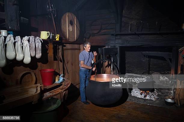 Schweizer farmer, traditionelle Käse in farm house