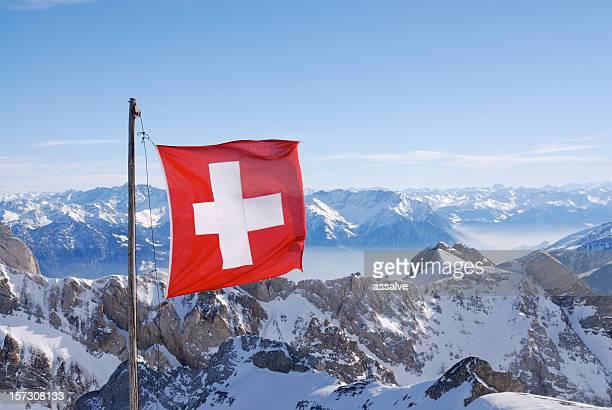 Schweizer Flagge über die Berge
