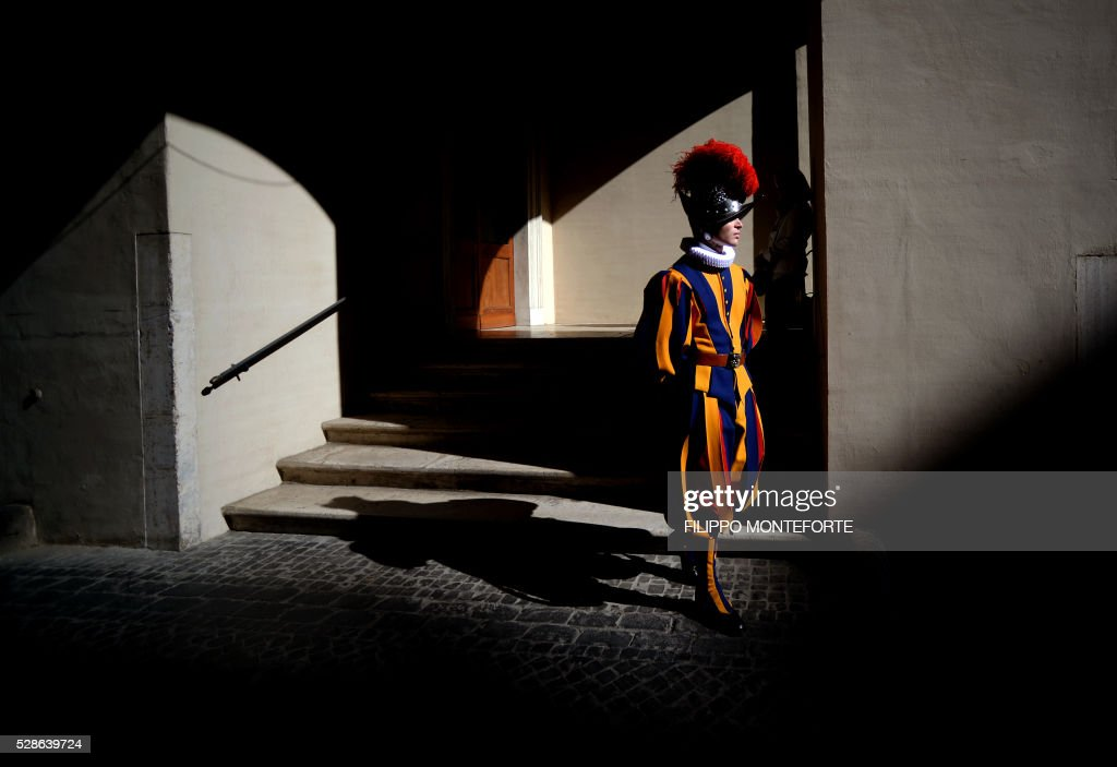 A swiss guard stands prior to a swearing-in ceremony of the new swiss guards in Vatican City, on May 6, 2016. The annual swearing in ceremony for the new papal Swiss guards takes place on May 6, commemorating the 147 who died defending Pope Clement VII on the same day in 1527 during the sack of Rome. / AFP / FILIPPO